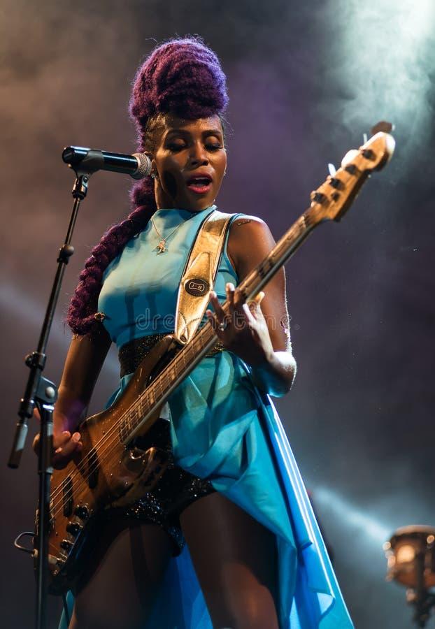 Nik West vivo em Nisville Jazz Festival, o 11 de agosto 2017 imagens de stock