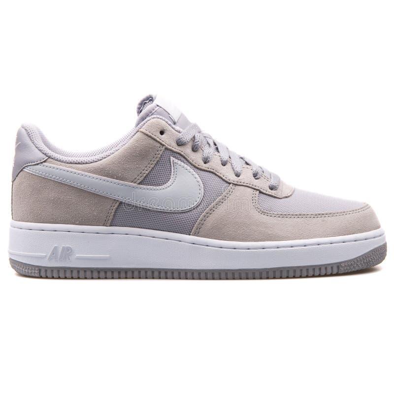 Nike Air Force 1 cinzenta e sapatilha da platina fotografia de stock