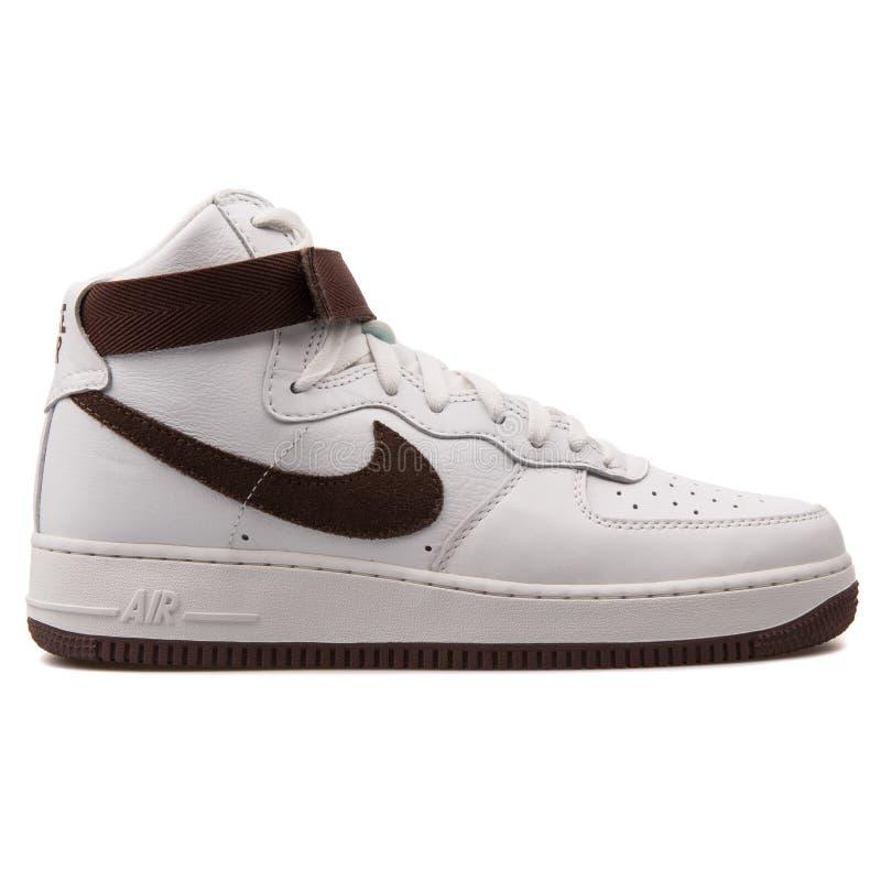 Nike Air Force zapatilla de deporte blanca y marrón de 1 alto QS retro fotografía de archivo
