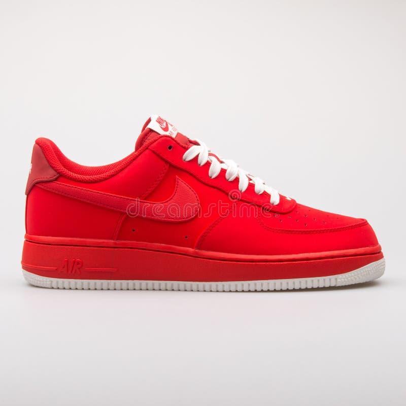 Nike Air Force 1 zapatilla de deporte roja imagen de archivo libre de regalías