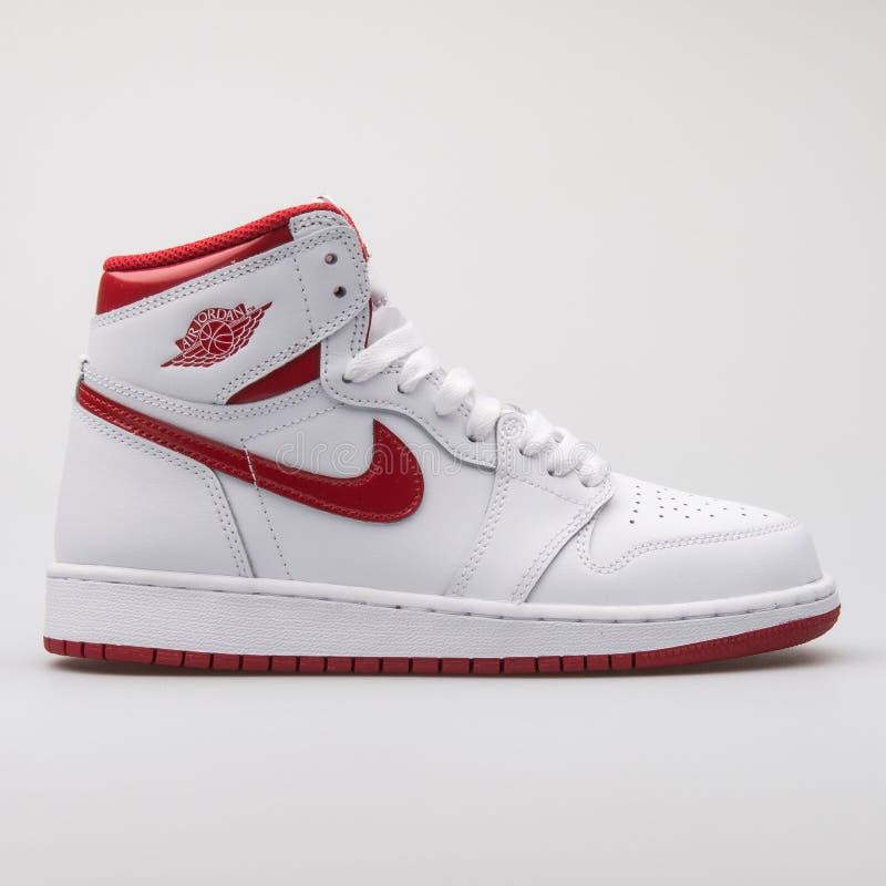 Nike Air Jordan sapatilha branca e vermelha de 1 OG alto retro imagem de stock royalty free