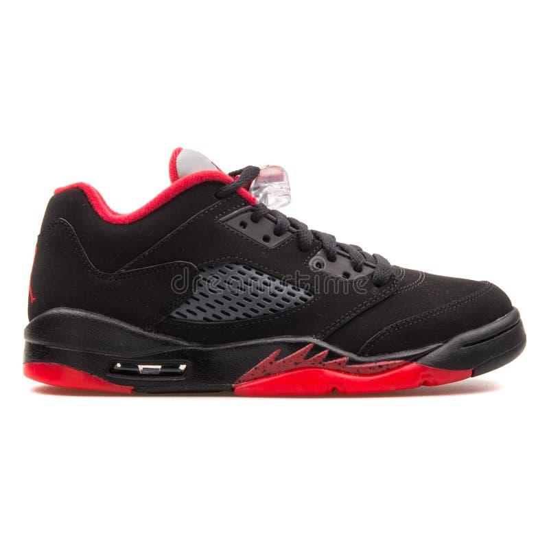 Respetuoso del medio ambiente fuerte madre  Nike Air Jordan 5 Zapatillas De Deporte Negras Y Rojas Bajas Retras Imagen  de archivo editorial - Imagen de nike, rojas: 134948229