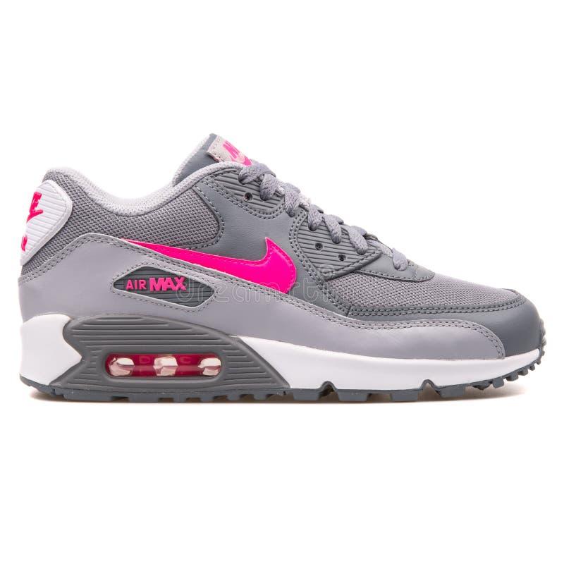 Nike Air Max 90 engrena a sapatilha cinzenta e cor-de-rosa fotografia de stock royalty free