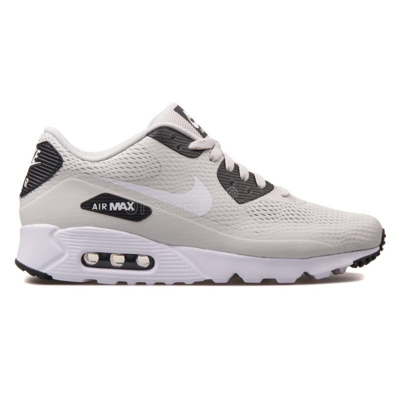 Nike Air Max 90 sapatilhas cinzentas e brancas ultra essenciais imagem de stock royalty free