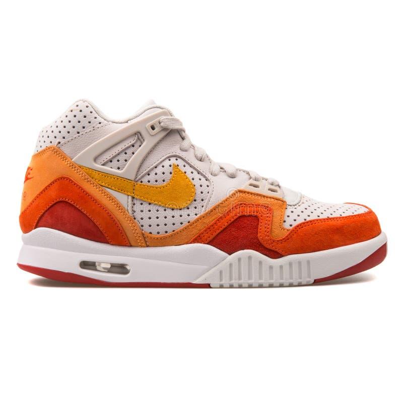 Nike Air Tech Challenge sapatilha branca, alaranjada e vermelha de 2 QS imagens de stock
