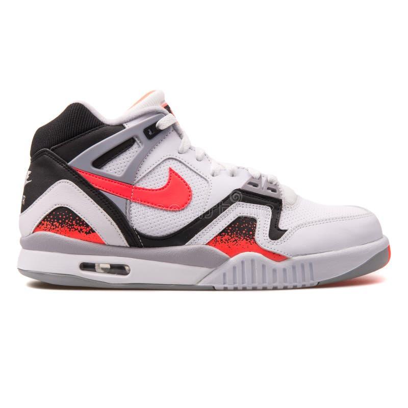 Nike Air Tech Challenge sapatilha branca, vermelha e preta de 2 imagem de stock