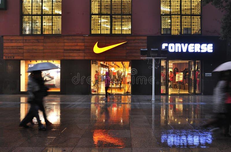 Nike armazena o logotipo na parede imagens de stock