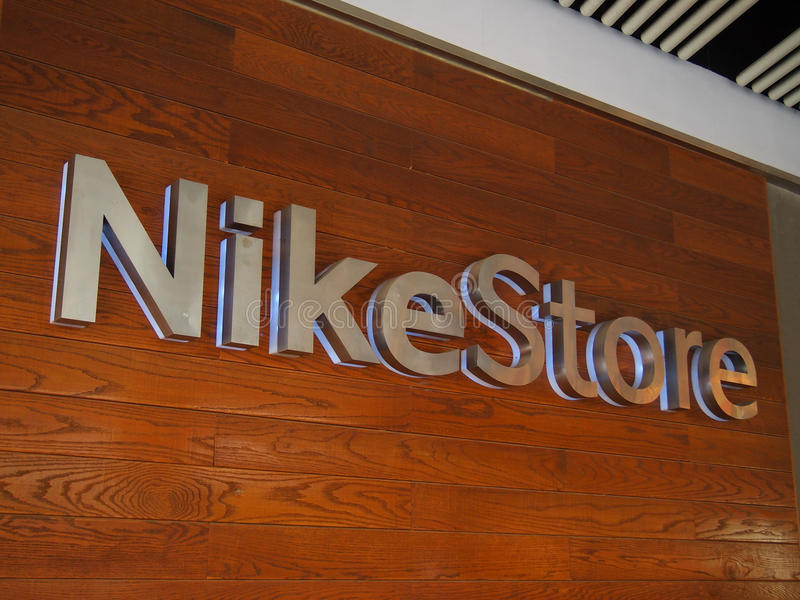 Nike armazena o logotipo na parede fotos de stock royalty free