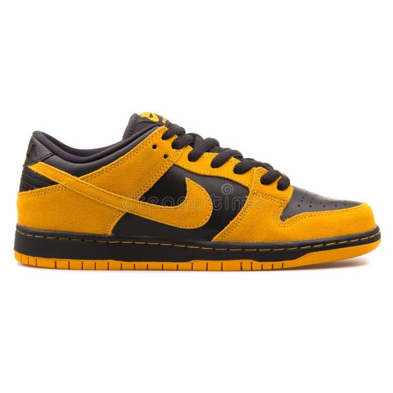 Nike Dunk Low Pro-de gouden en zwarte tennisschoen van Sb royalty-vrije stock foto's