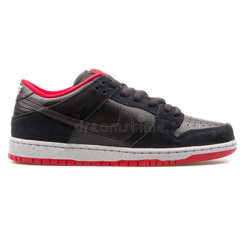 Nike Dunk Low Pro-de zwarte, grijze en rode tennisschoen van Sb stock afbeeldingen