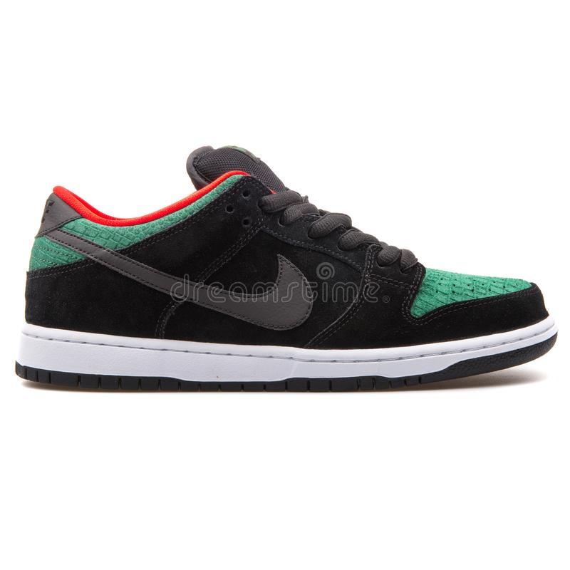 Nike Dunk Low Pro-de zwarte, groene en rode tennisschoen van Sb stock foto
