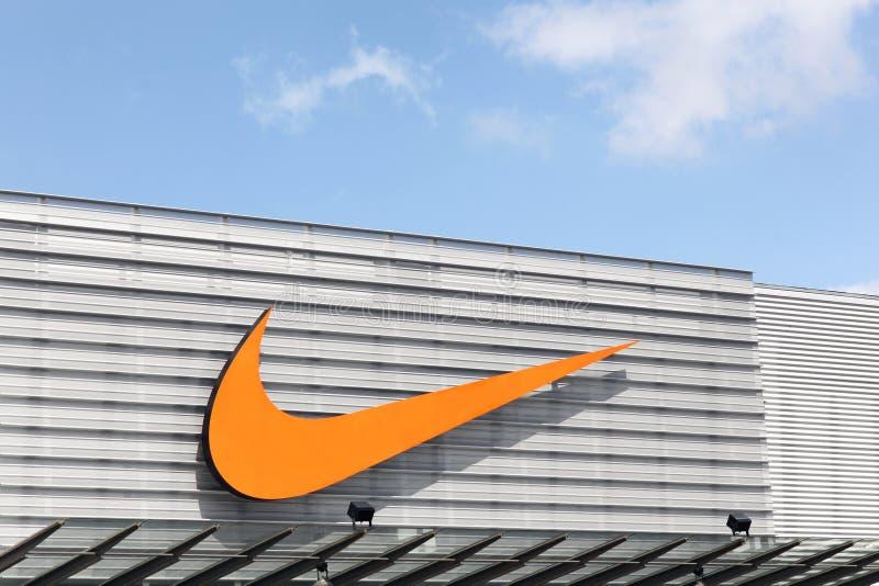 Nike-embleem op een voorgevel van een opslag royalty-vrije stock foto