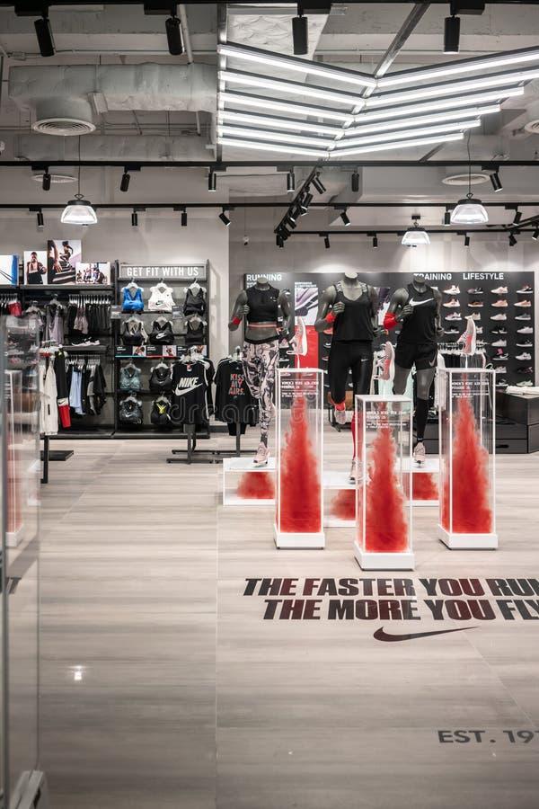 Nike font des emplettes au monde central, Bangkok, Thaïlande, le 2 juillet 2018 photo stock
