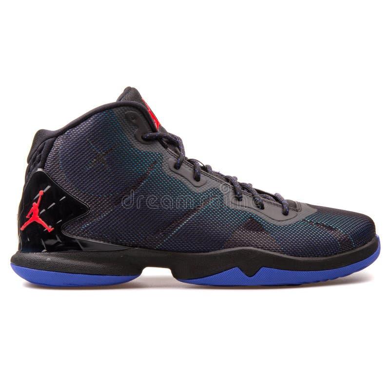 Nike Jordan Super Fly 4 zwarte, blauwe en purpere tennisschoen stock foto