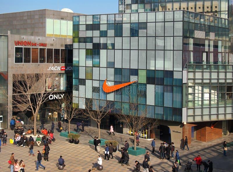 Nike lagerlogo på väggen royaltyfria bilder