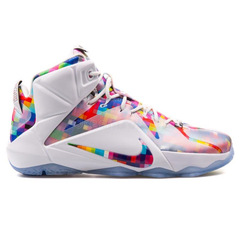 Nike Lebron XII witte en multi de kleurentennisschoen van Ext. stock foto