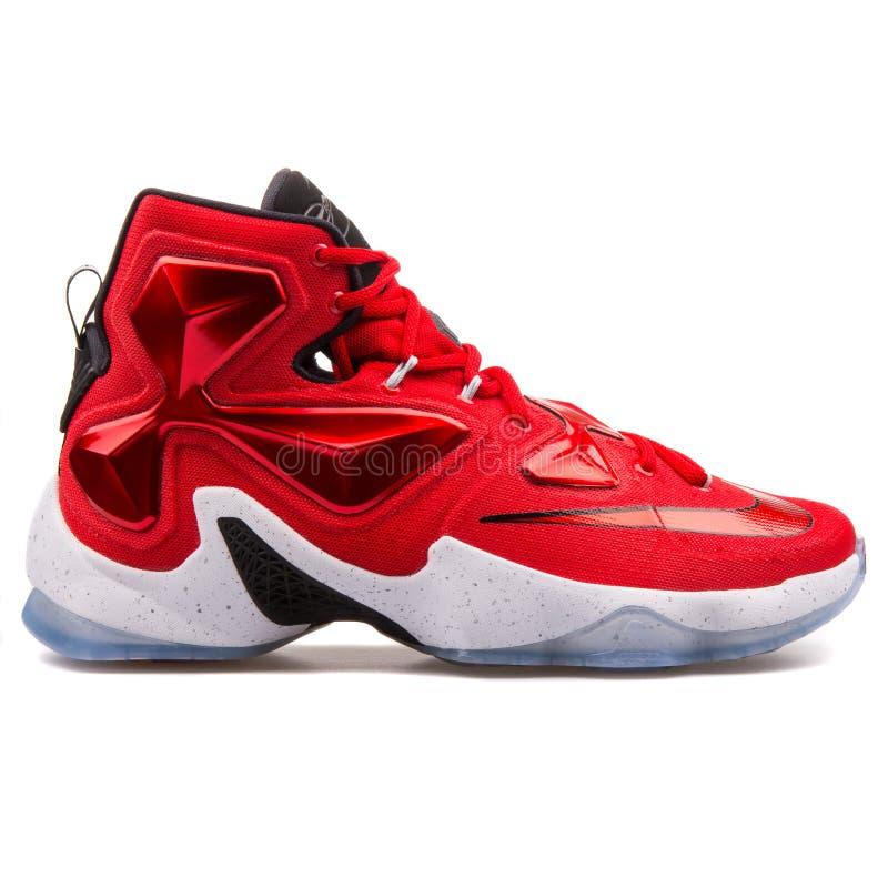 Nike Lebron XIII sapatilhas vermelhas e brancas fotografia de stock