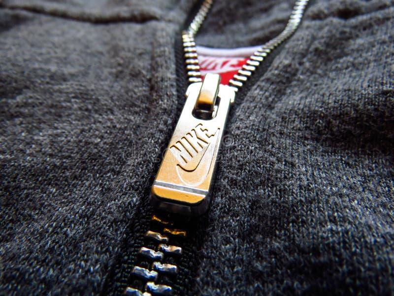 Nike logo, metalu suwaczek na szarym bawełnianym hoodie zdjęcia royalty free