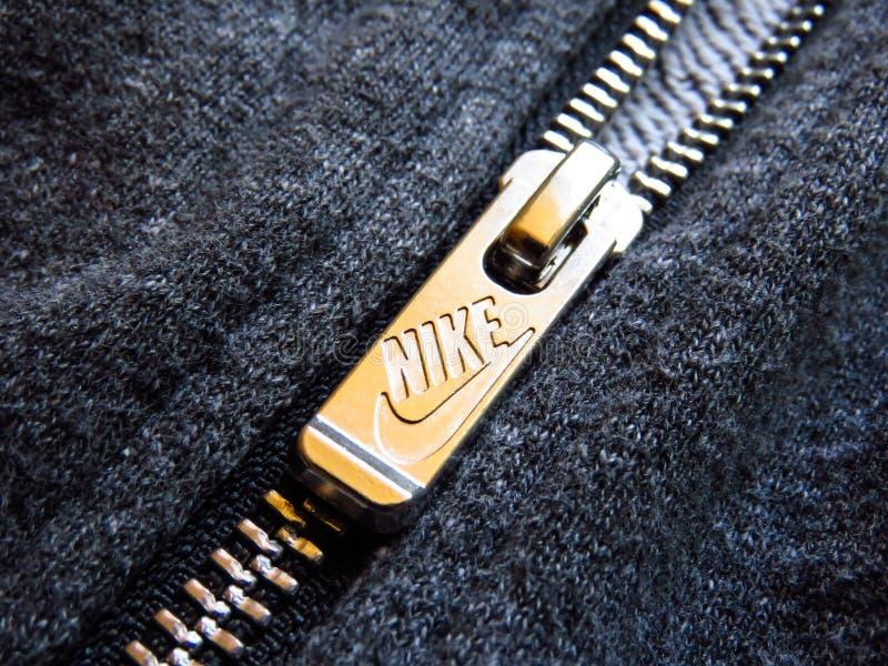 Nike logo, metalu suwaczek na szarym bawełnianym hoodie obrazy stock