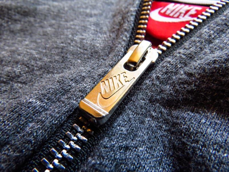 Nike logo, metalu suwaczek na szarym bawełnianym hoodie zdjęcia stock