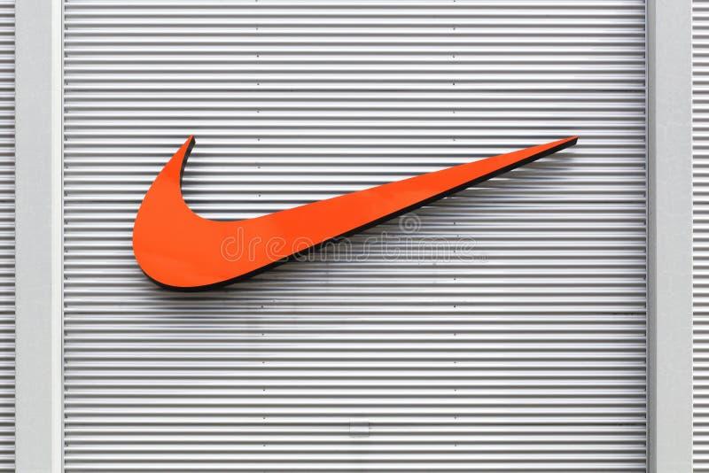 Nike logo op een gevel van een winkel stock afbeelding