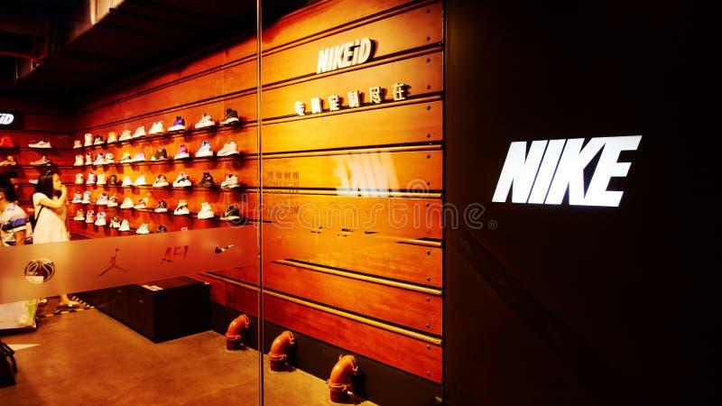 Nike ostenta a loja de sapatas fotografia de stock royalty free