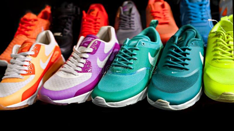 Nike ostenta sapatas fotografia de stock royalty free