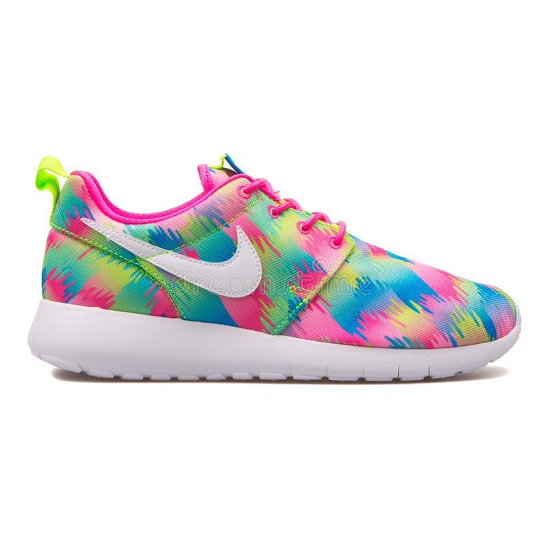 Nike Roshe One Print rosa, blå, grön och gul gymnastiksko royaltyfri fotografi