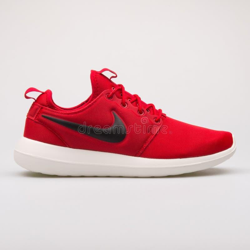 Nike Roshe Two r?d gymnastiksko royaltyfria foton