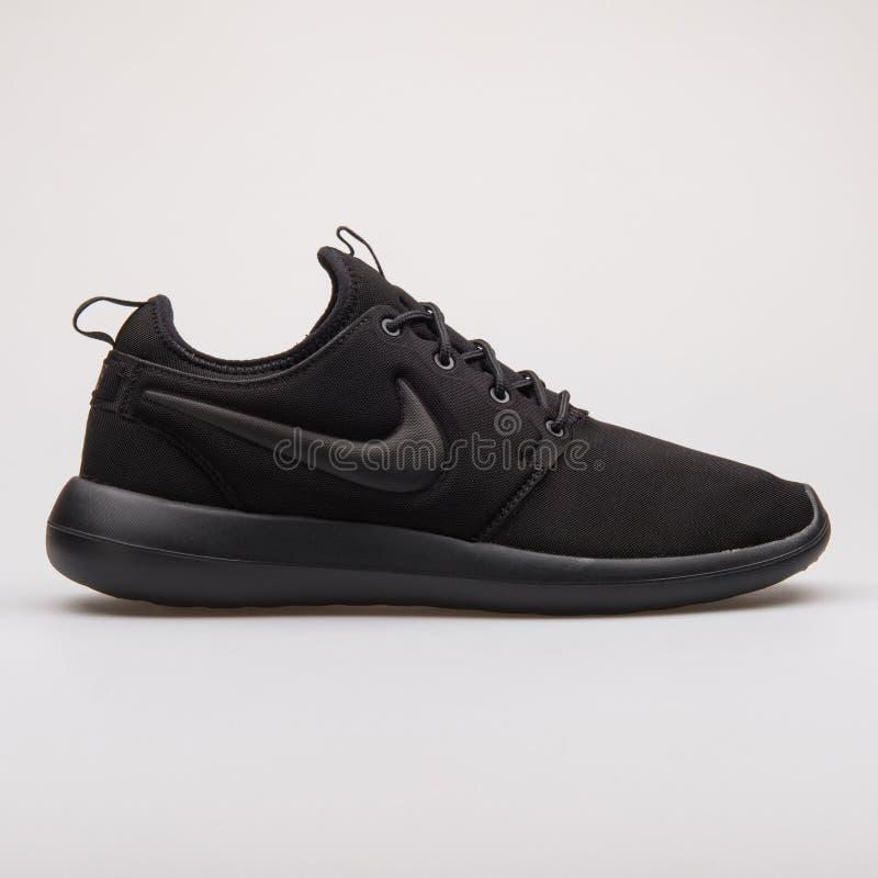 Nike Roshe Two svartgymnastiksko arkivfoto