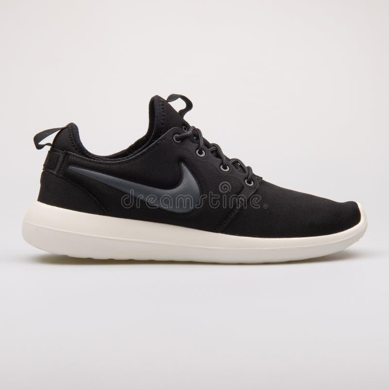 Nike Roshe Two svartgymnastiksko arkivfoton