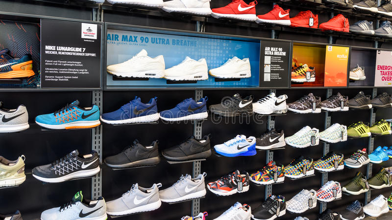 Nike Running Shoes For Sale en Nike Shoe Store Display photo stock