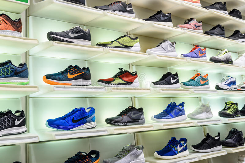 Nike Running Shoes For Sale in Nike Shoe Store Display fotografie stock libere da diritti