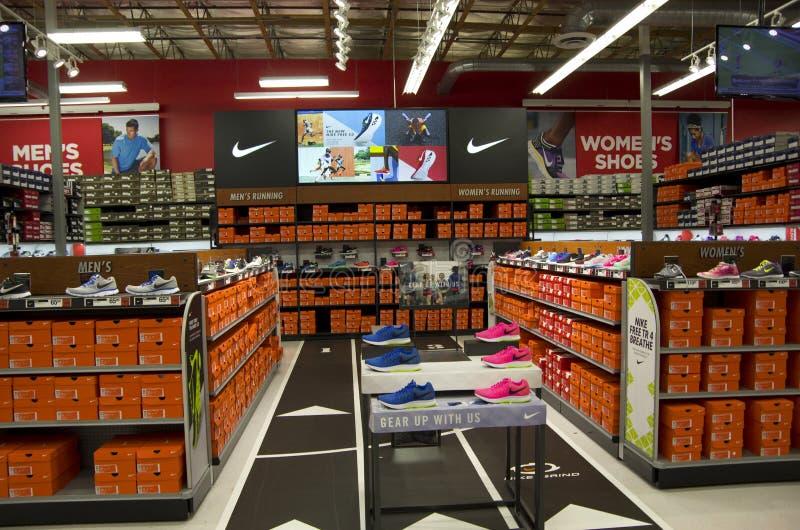 Nike skor i sportmyndighet royaltyfri foto