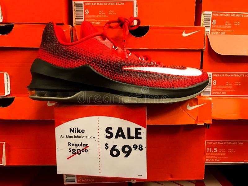 Nike Sneakers para la venta en Shoe Carnival imagen de archivo libre de regalías