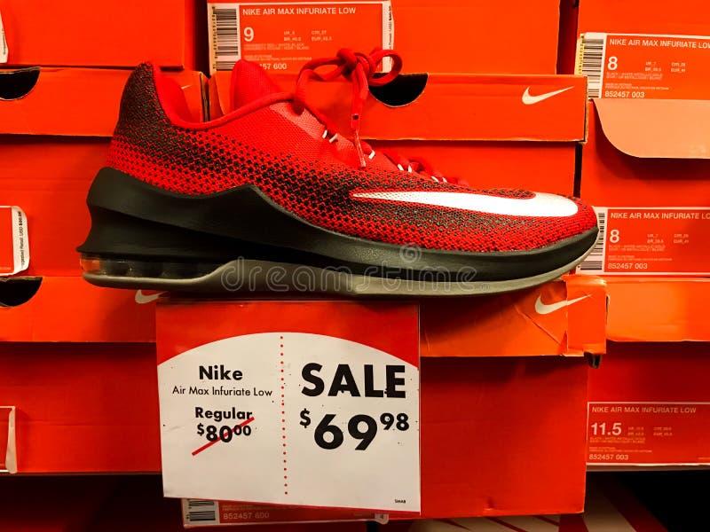 Nike Sneakers para a venda em um carnaval da sapata imagem de stock royalty free