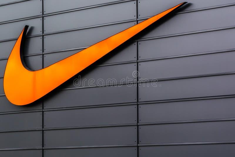 Nike Swoosh Logo på komplexet för Metzingen uttagshopping i Tyskland arkivfoton