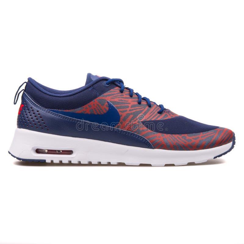 Nike Thea druku Lotniczy Max b??kita, czerwieni i bielu tenis?wka, zdjęcie stock