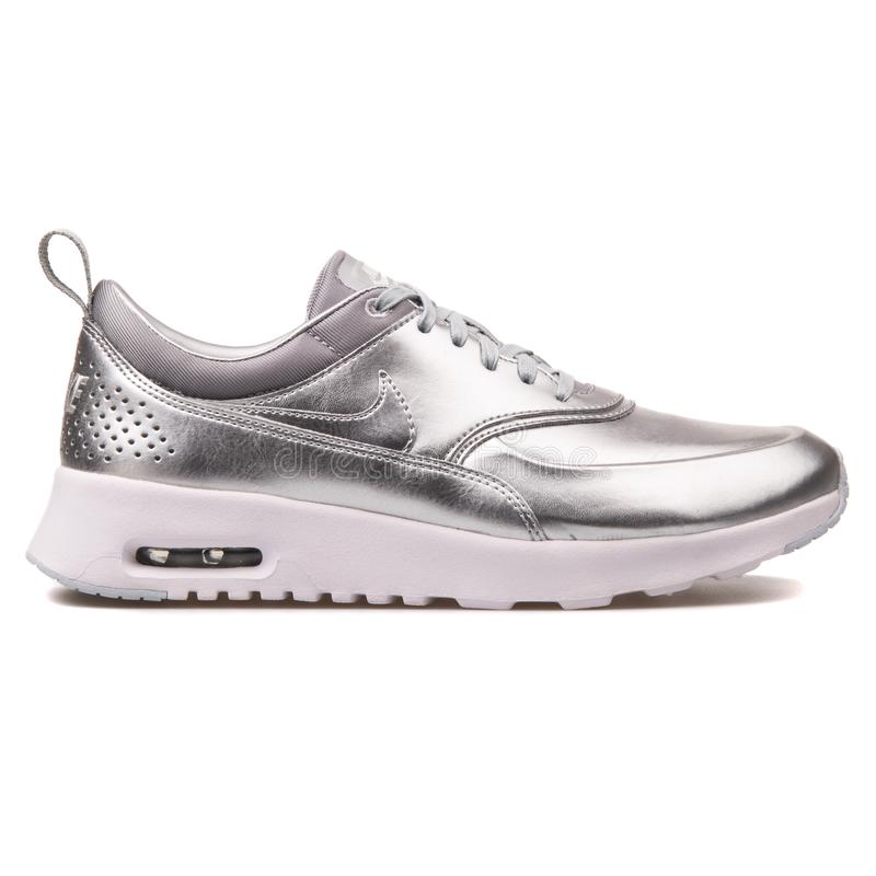Nike Thea Lotniczy Max Kruszcowy srebny tenis?wka obraz stock