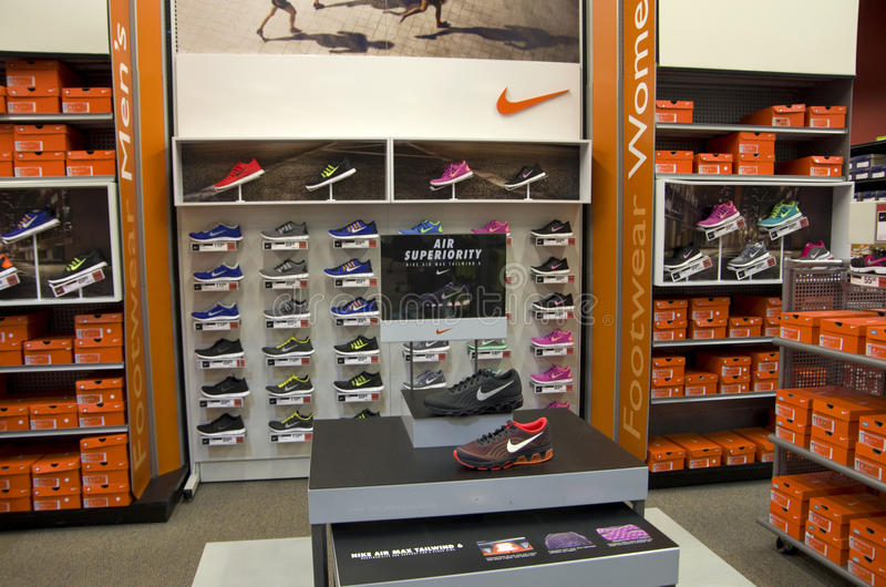 Nike tragen Abnutzungsschuhe zur Schau stockbilder