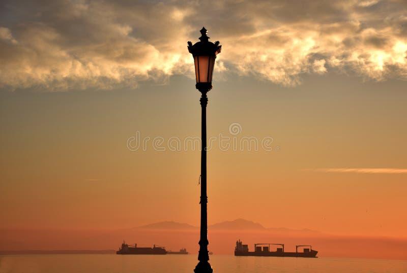 Nikis-Alleen-Sonnenuntergang lizenzfreie stockbilder