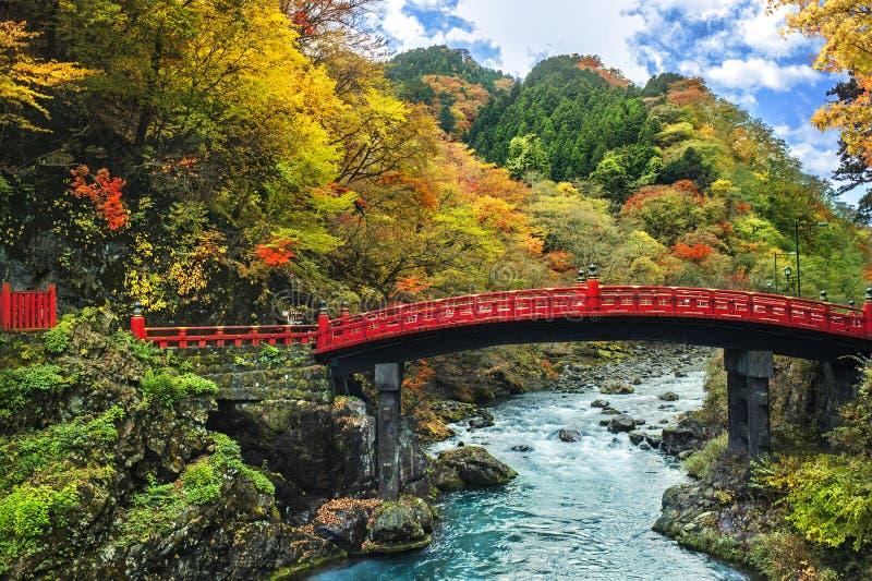 Nikko, Japon au pont de Shinkyo au-dessus de la rivière de Daiwa dans l'autum photo libre de droits