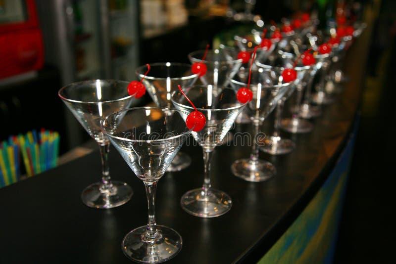 Nikli rzędy puści koktajli/lów szkła na barze Dekoracyjna czerwona wiśnia fotografia stock