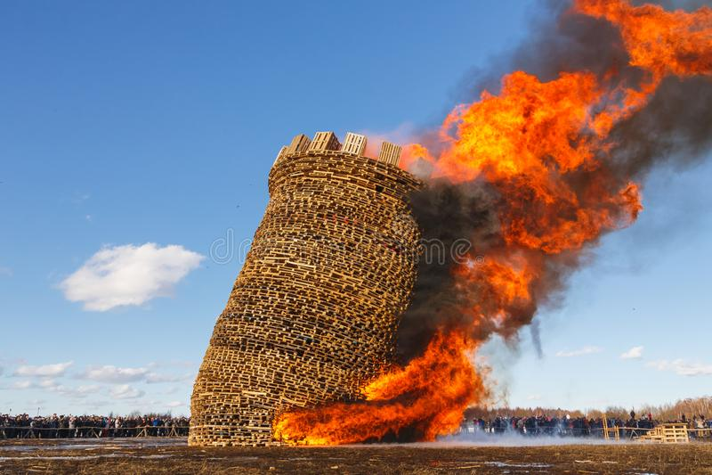 Nikola-Lenivets - 9. März 2019: Pfannkuchenwoche Brennen der Festung der Bastille lizenzfreies stockbild