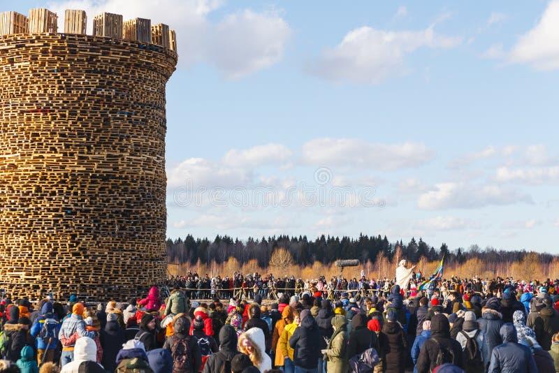 Nikola-Lenivets - 9. März 2019: Pfannkuchenwoche Brennen der Festung der Bastille stockfoto