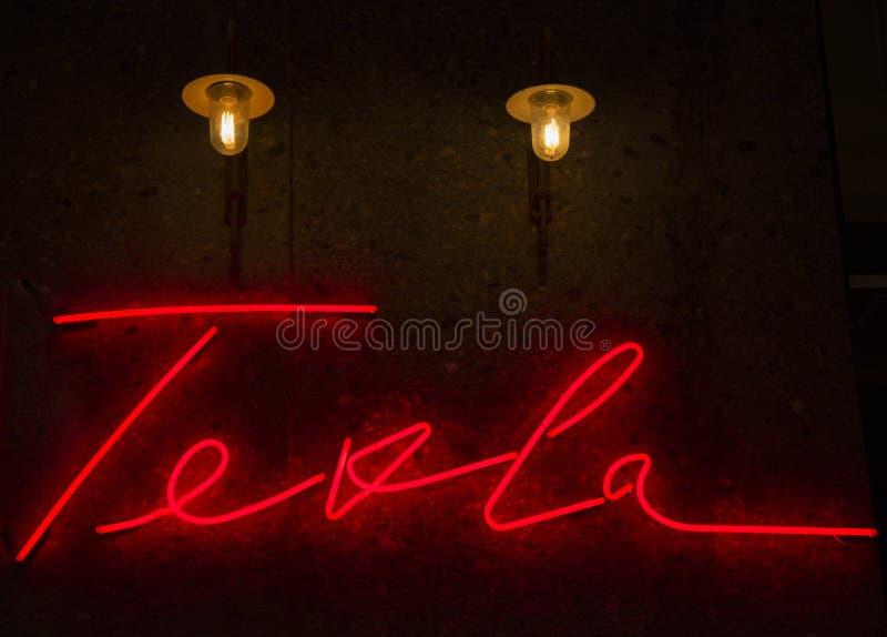 Nikola Tesla Autograph in Neon stockbild