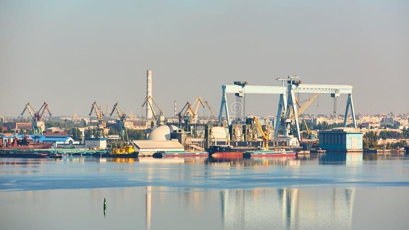Nikolaev,乌克兰- 2016年9月30日:造船围场的工业区 库存图片
