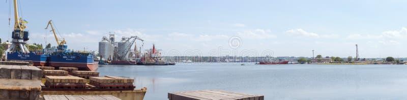 Nikolaev,乌克兰 海口的看法从造船厂的 免版税库存图片