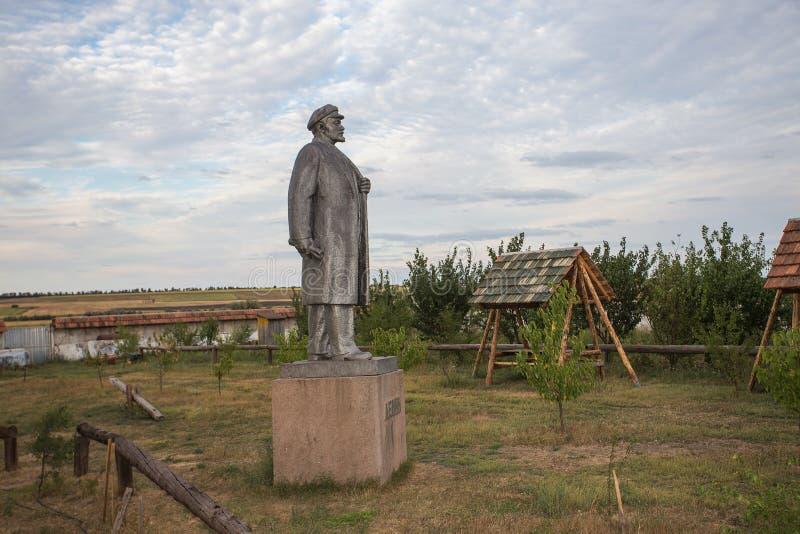 NIKOLAEV,乌克兰- CIRKA 2013年:列宁- Ulyanov雕象在被放弃的苏维埃时代monumen一个私有私有博物馆  免版税库存图片