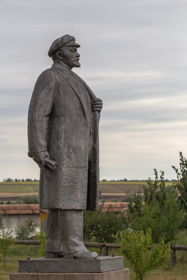 NIKOLAEV, Ucrânia - CIRKA 2013: A estátua de Vladimir Lenin - Ulyanov em um museu privado privado de monumen abandonados da Sovie fotos de stock